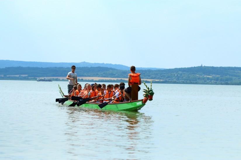 sárkányhajózunk, háttérben a Nadap nevű hajó és a Pákozd-Sukorói Arborétum kilátója